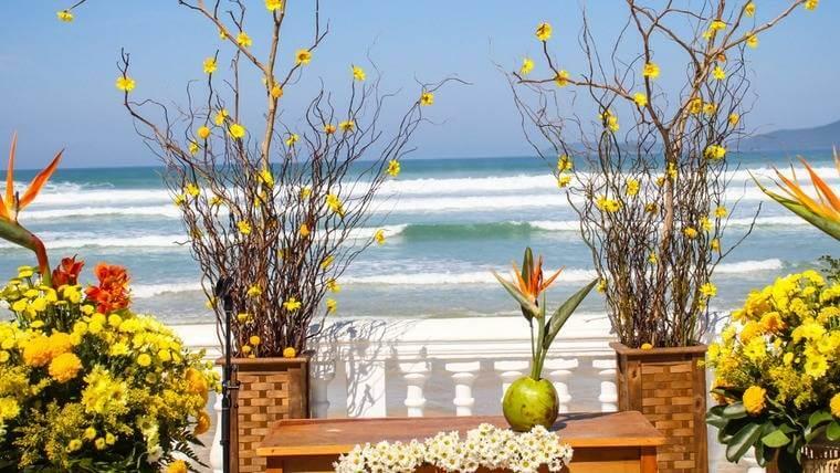 Decoração de Casamento na praia com Flores Amarelas